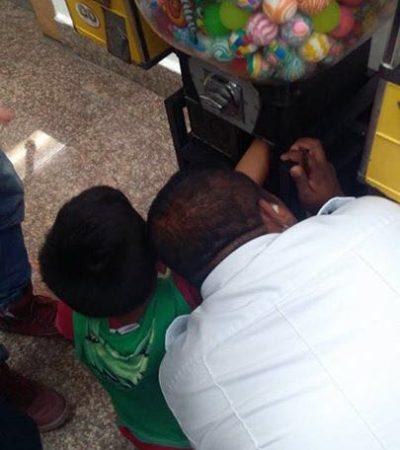 Atora niño su mano en máquina expendedora