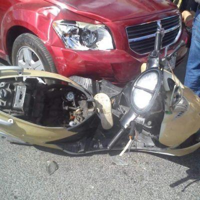 Arrastra automóvil a par de motociclistas en Felipe Carrillo Puerto
