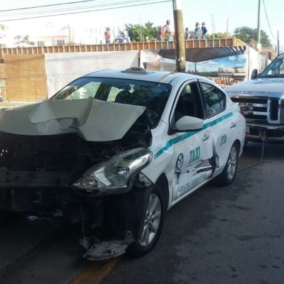 Chocan dos taxis en Playa del Carmen