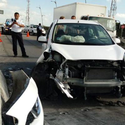 Choca coche contra muro en el Puente Vial de Playa del Carmen