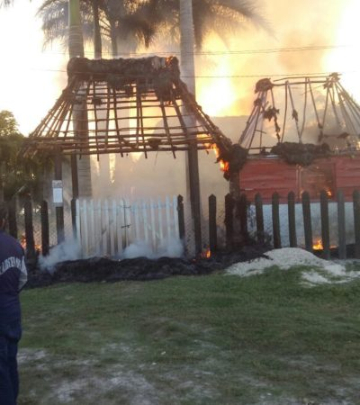 Arde palapa en Bacalar, casi frente a caseta de policías