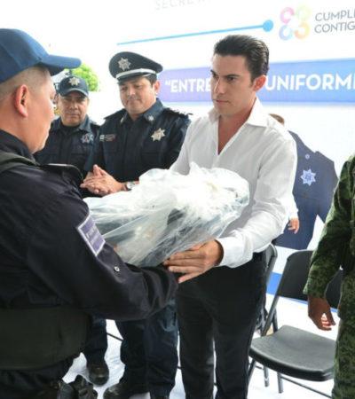 Entrega Alcalde uniformes y equipo a policías de Cancún