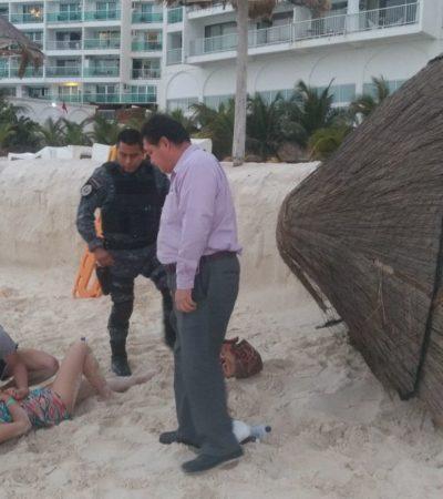 Hospitalizan a turista extranjera tras ser golpeada por una palapa que se desplomó en playa de Cancún