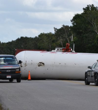 Se vuelca tanque de gas en carretera por Felipe Carrillo Puerto