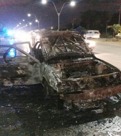 Se incendia auto en la López Portillo de Cancún