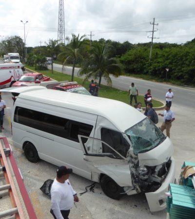 Choca van en entrada a Playa del Carmen; chofer se da a la fuga