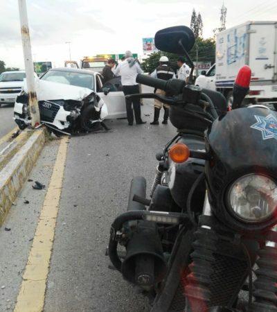 Se impacta coche contra poste en carretera en Bonfil