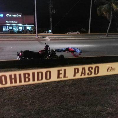 TRÁGICA MUERTE DE MOTOCICLISTA EN CANCÚN: Sin casco de protección, joven derrapa sobre la Avenida Tulum y fallece al instante