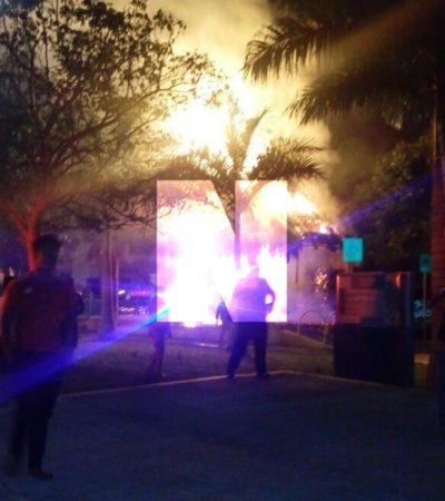 PRELIMINAR | QUEMAZÓN EN LA GUADALUPANA: Se incendia la palapa en colonia de Playa del Carmen