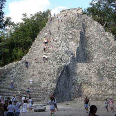 NOHOCH MUL… Y ABAJO: Cae turista de la principal pirámide de la zona arqueológica de Cobá