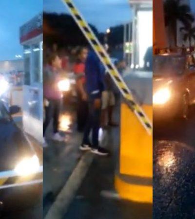 """""""LA GENTE ESTABA MUY MOLESTA"""": Automovilistas tienen su 'día de furia' y rompen pluma de estacionamiento de Cancún Mall"""