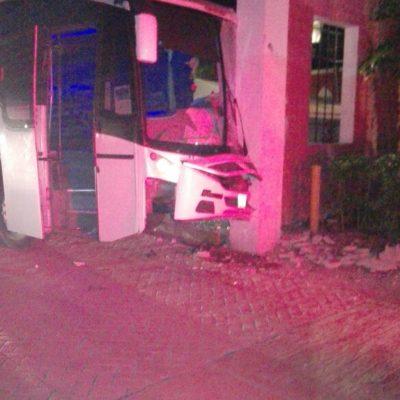 OCULTAN ACCIDENTE EN HOTEL: Choca autobús contra fachada del Bahía Príncipe con saldo de 12 heridos