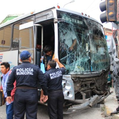 CAFRES EN EL CENTRO DE MÉRIDA: Chocan dos autobuses en el cruce de las calles 57 y 52