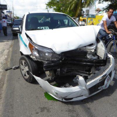 Camioneta destroza taxi en Playa del Carmen