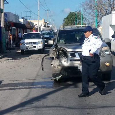 Chocan carros en la colonia Proterritorio de Chetumal