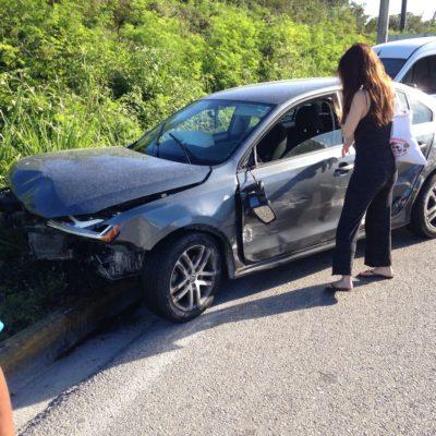 Lanza a carro contra muro de contención en Puerto Morelos