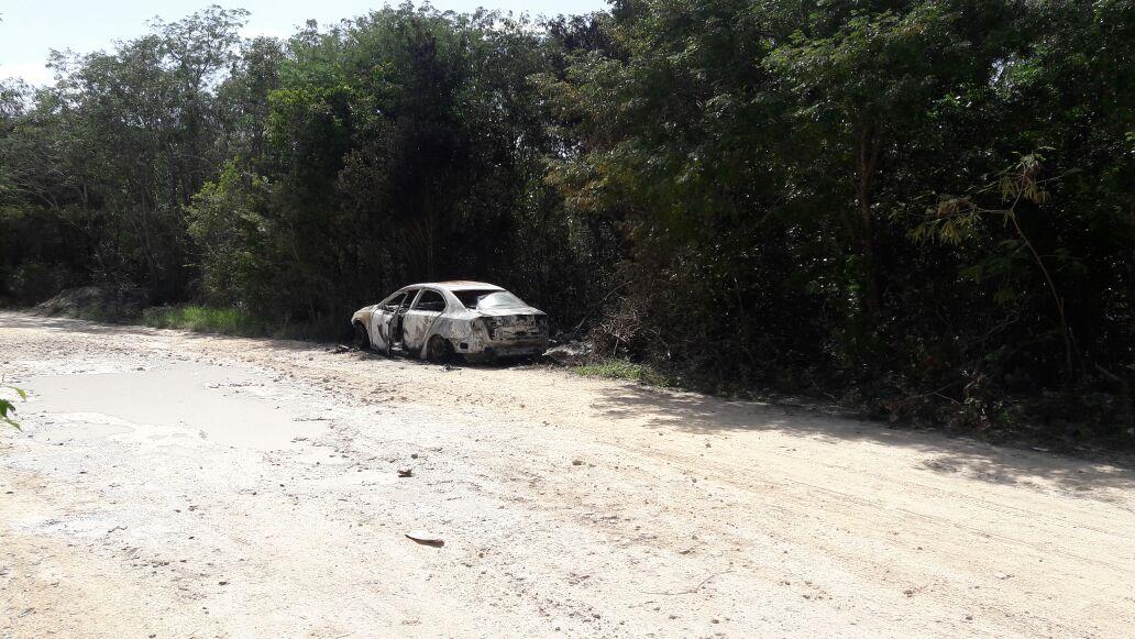 HALLAN A DOS CALCINADOS EN LA RUTA DE LOS CENOTES: Dos personas habrían sido ejecutadas y encajueladas en vehículo incendiado