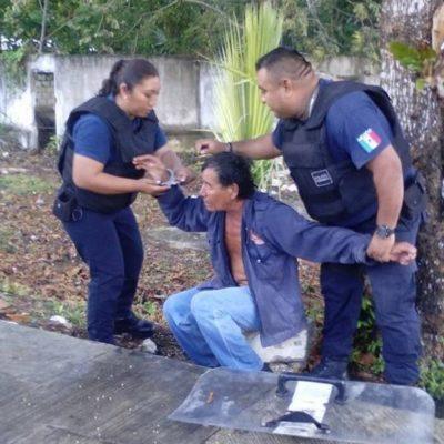 Someten policías a hombre con machete en Carrillo Puerto