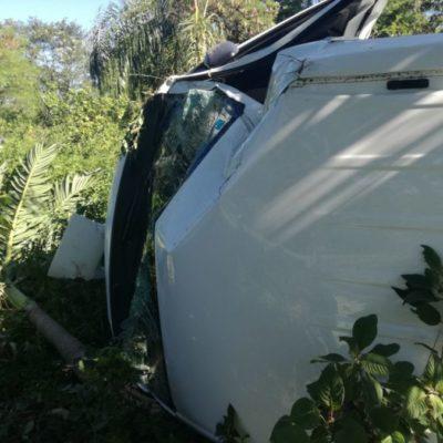 ACCIDENTE EN EL TRAMO PLAYA-PUERTO MORELOS: Van turística sufre volcadura, mujer resulta herida