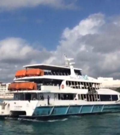 Barco siniestrado es retirado de muelle en Playa del Carmen
