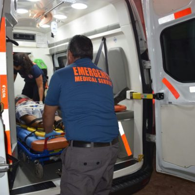Volcadura rumbo a Mérida deja dos heridos
