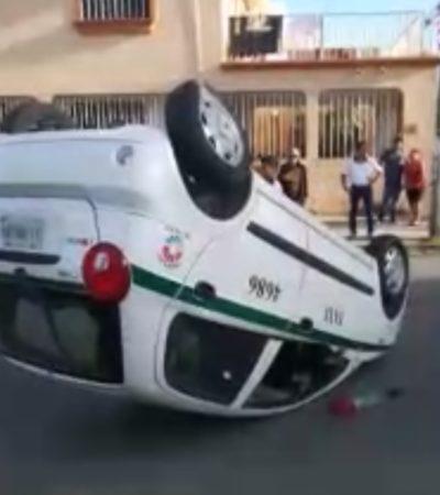 Camión vuelca a un taxi en Cancún