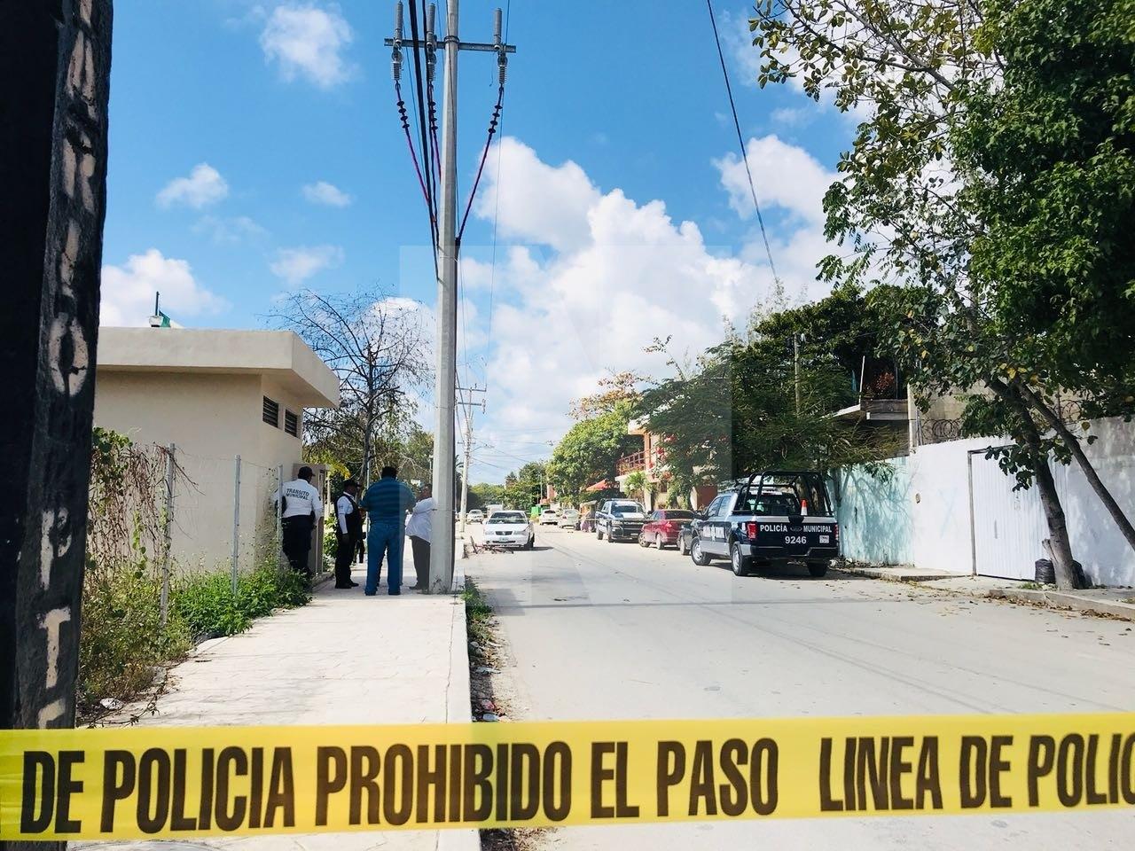 Someten de un balazo a desquiciado hombre que hirió con un machete a dos policías en Tulum | VIDEO