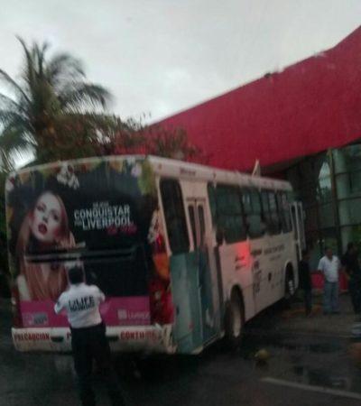 Autobús de Maya Caribe pierde el control y se impacta contra una palmera en el kilómetro 6 de Zona Hotelera de Cancún