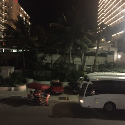 Vecinos de Punta Nizuc son invadidos' por vehículos que ocupan todas las calles