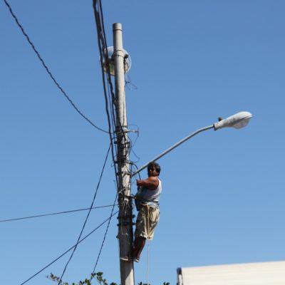 A la gente le vale 'colgarse' de cables de alta tensión en Tulum