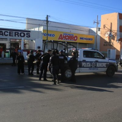 FRUSTRAN ATRACO EN PAPELERÍA DE CANCÚN: Hombres armados ingresan a negocio en la SM 60 en presunto intento de asalto; no descartan se trate de cobro de 'derecho de piso'