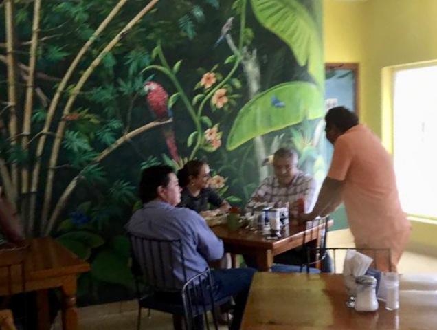 JUANITA NO NIEGA LA CRUZ DE SU PARROQUIA: Candidata de Morena en Cozumel se reúne con ex alcalde priista, primo de Félix González