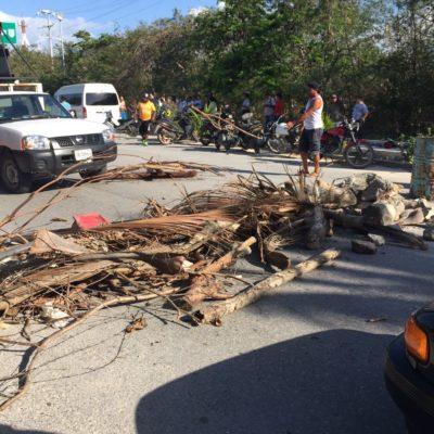 REVIVE EL CONFLICTO POR ACCESO A LA BAHÍA DE AKUMAL: Bloquean con ramas y piedras paso de vehículos por cierre de camino a la playa