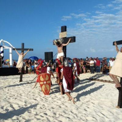 Entre túnicas y bikines se escenifica Viacrucis en Playa Delfines con un intenso caos vehicular