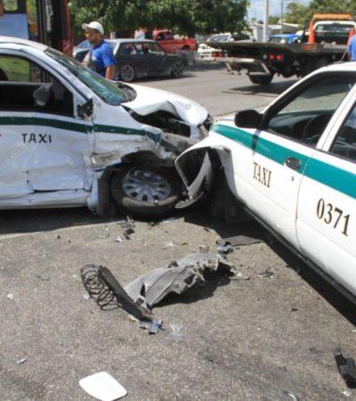 Descuido de taxista provoca fuerte accidente entre Kabah y Leona Vicario, dejando inservible camioneta y provocando cinco lesionados