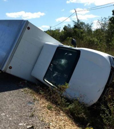 Escapa chofer de camioneta tras volcarla y golpear a motociclista