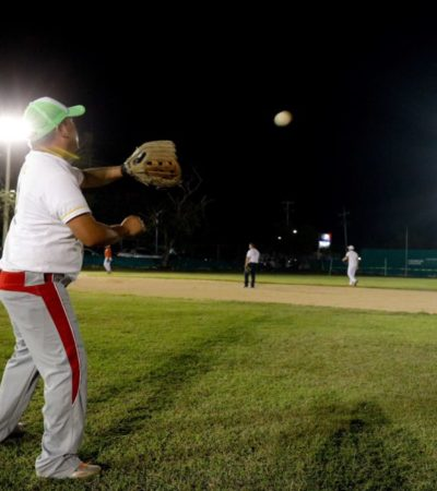 El campo de beisbol 'Nicolás El Zurdo Estrella' de Puerto Morelos estrena 12 reflectores tipo sol tras recibir una rehabilitación a fondo