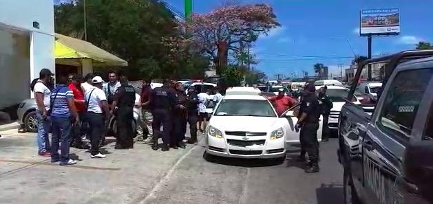 Disparan federales contra vehículo cuyos tripulantes pasaron frente a la PGR en Cancún tomando fotos; hallan supuesta marihuana
