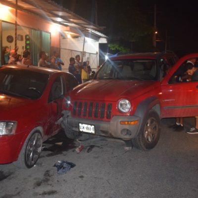 Conductora con celular en mano choca contra autos estacionados y manda al hospital a un hombre, a una mujer y a una menor en la Región 202
