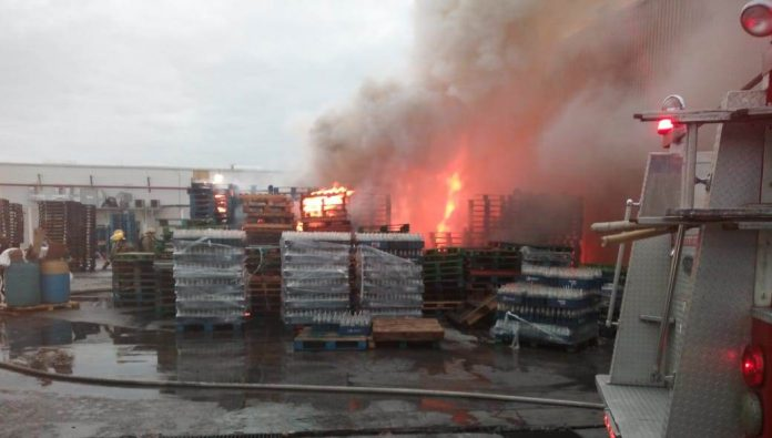 Consume incendio bodega de la Pepsi en Mérida