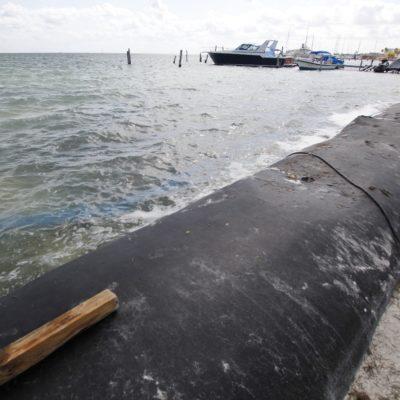 Avanza colocación de geotubos en playa de Cancún para contener la erosión