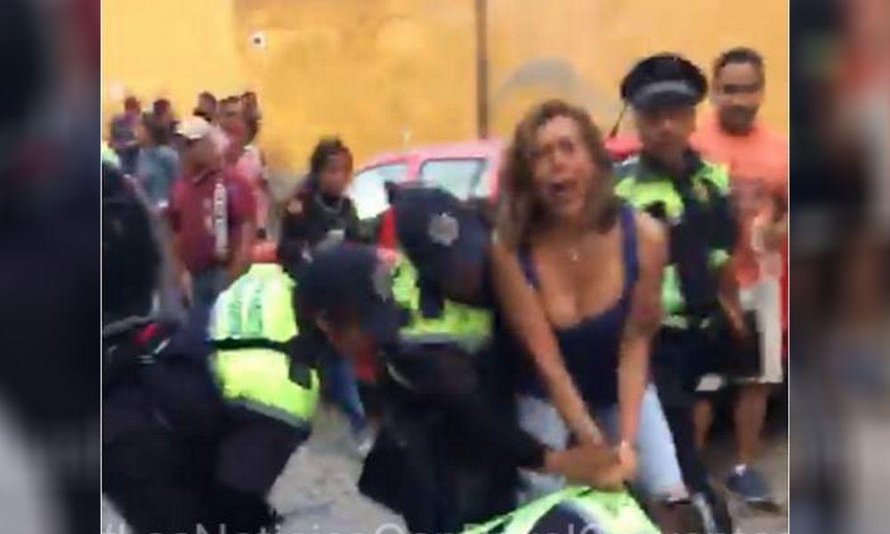 VIDEO | Detienen a la conductora Fernanda Familiar en San Miguel de Allende por presuntamente desacatar prohibición vial durante procesión