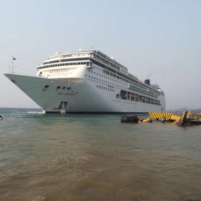 VIDEO | Choca crucero turístico contra muelle en isla de Roatán