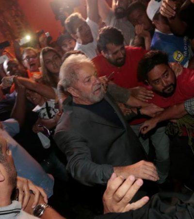 """SE ENTREGA 'LULA' A LA JUSTICIA: Ex presidente de Brasil acata orden de un juez de ingresar a prisión; """"no les tengo miedo, voy a demostrar que soy inocente"""", dice"""