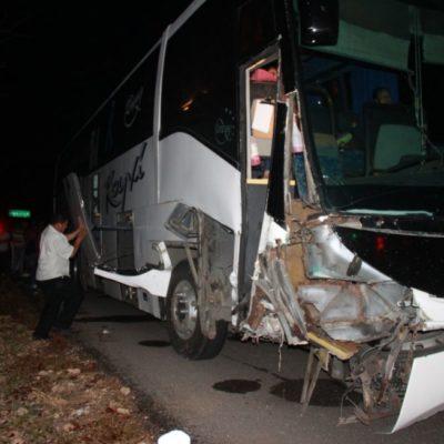 Choque de autobús en Carrillo Puerto deja dos lesionados
