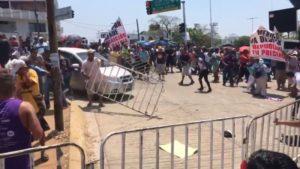 """""""México ya despertó, repudiamos tu presencia"""", protestan maestro de Oaxaca contra Meade en medio de un enfrentamiento con grupos de choque del PRI"""