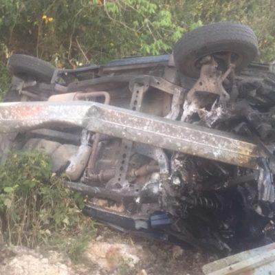 Se sale carroza fúnebre de la carretera, pero conductor vive para contarlo