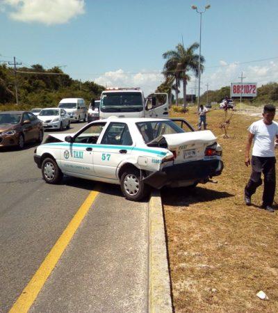 'Avienta' camioneta a taxi a carril contrario de carretera Cancún-Playa