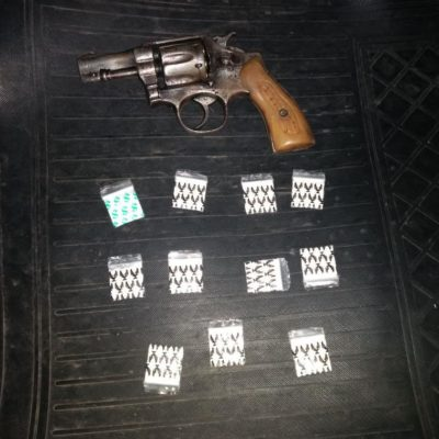 Detienen a sujeto armado con droga en bar de Playa