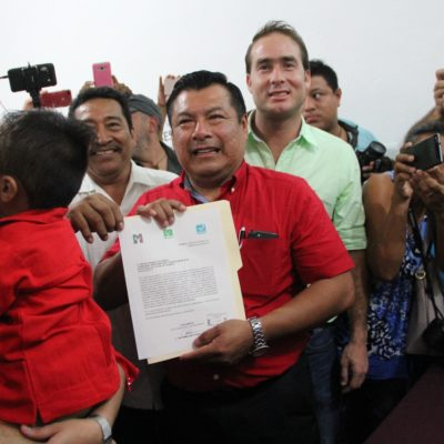 Marciano Dzul se registra ante el Ieqroo por la continuidad en Tulum
